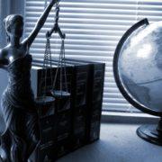 Lady Justice verurteilt Facebook