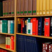 Jura Bücher in Regal